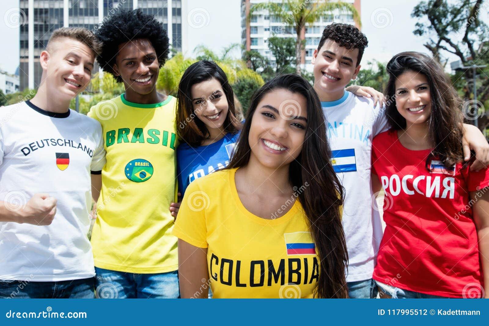 从哥伦比亚的美丽的女孩有从其他countri的体育迷的
