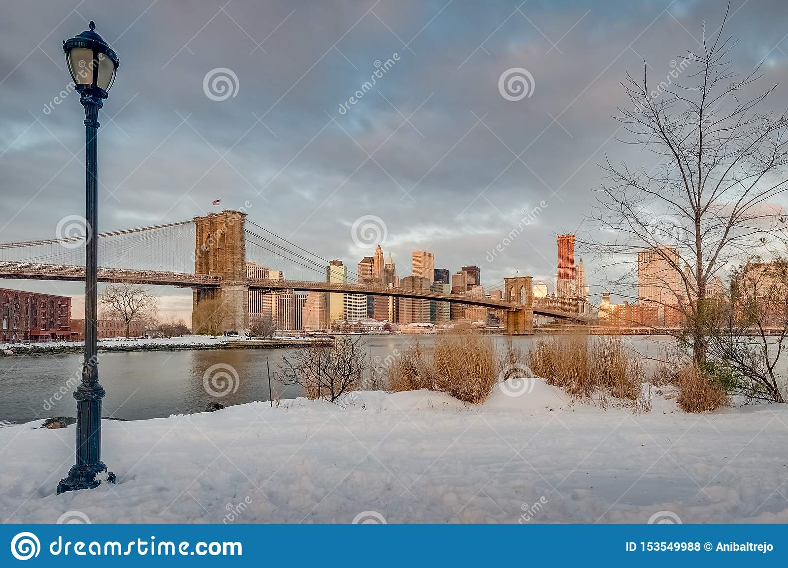 从圆石滩的曼哈顿地平线在布鲁克林,美国