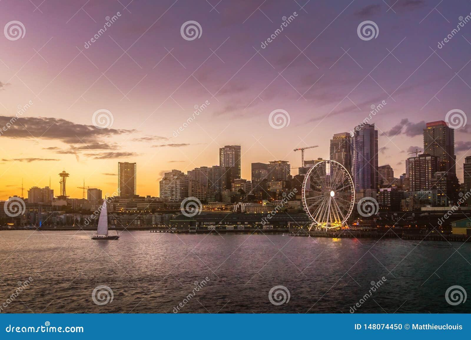 从埃利奥特海湾的美好的西雅图江边地平线在黄昏 梦想的都市风景或风景