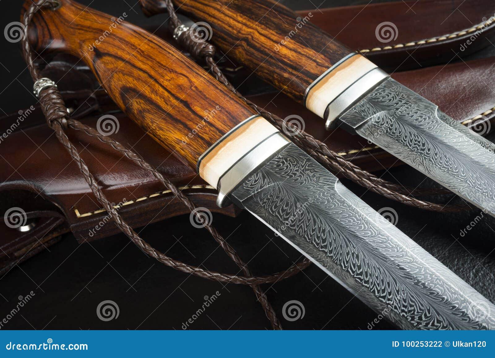 从大马士革马赛克的猎刀在木背景 手工制造皮革的鞘