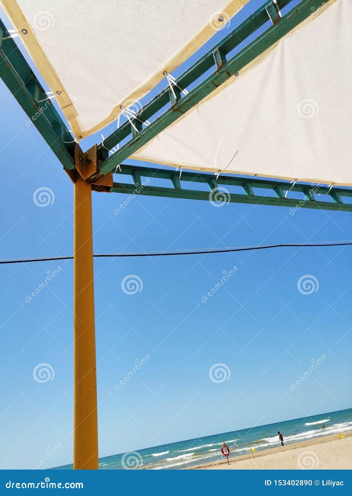 从太阳的机盖在海滩