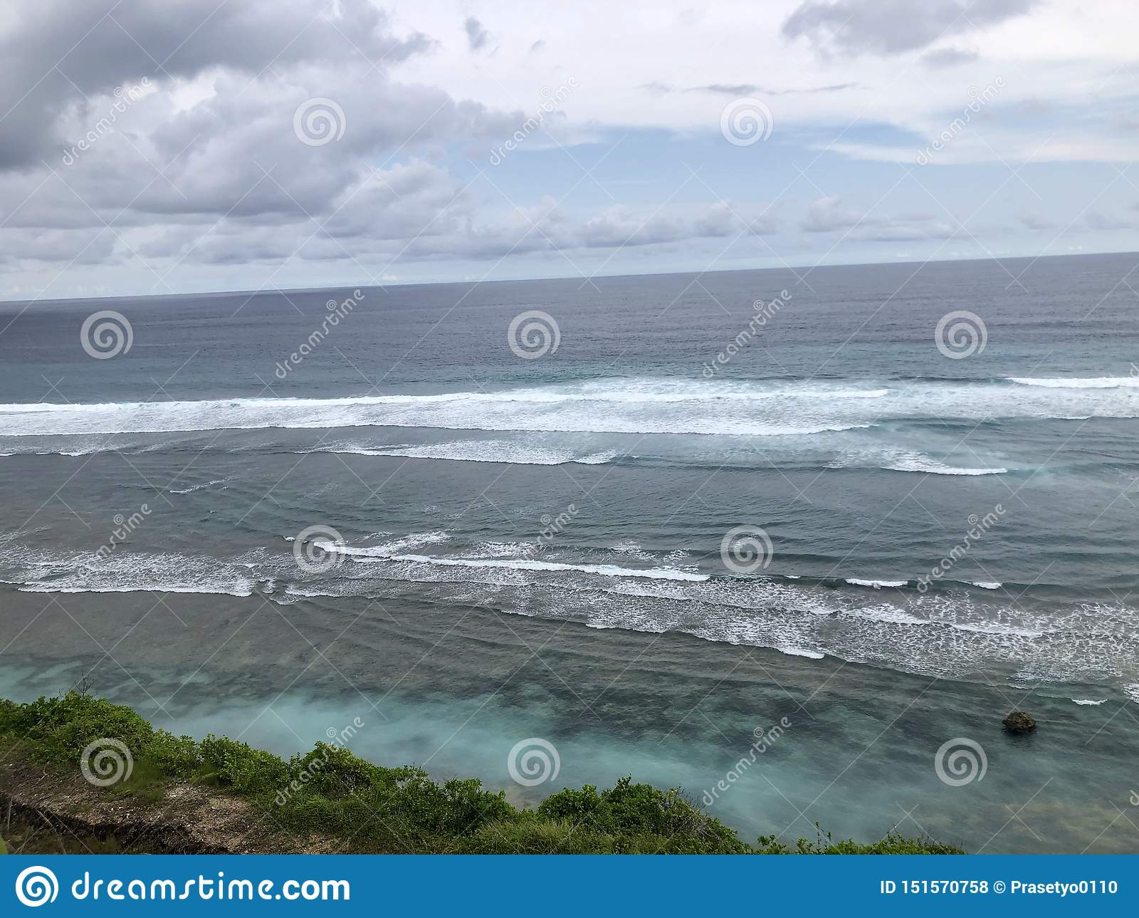 从小山的顶端看的海看法