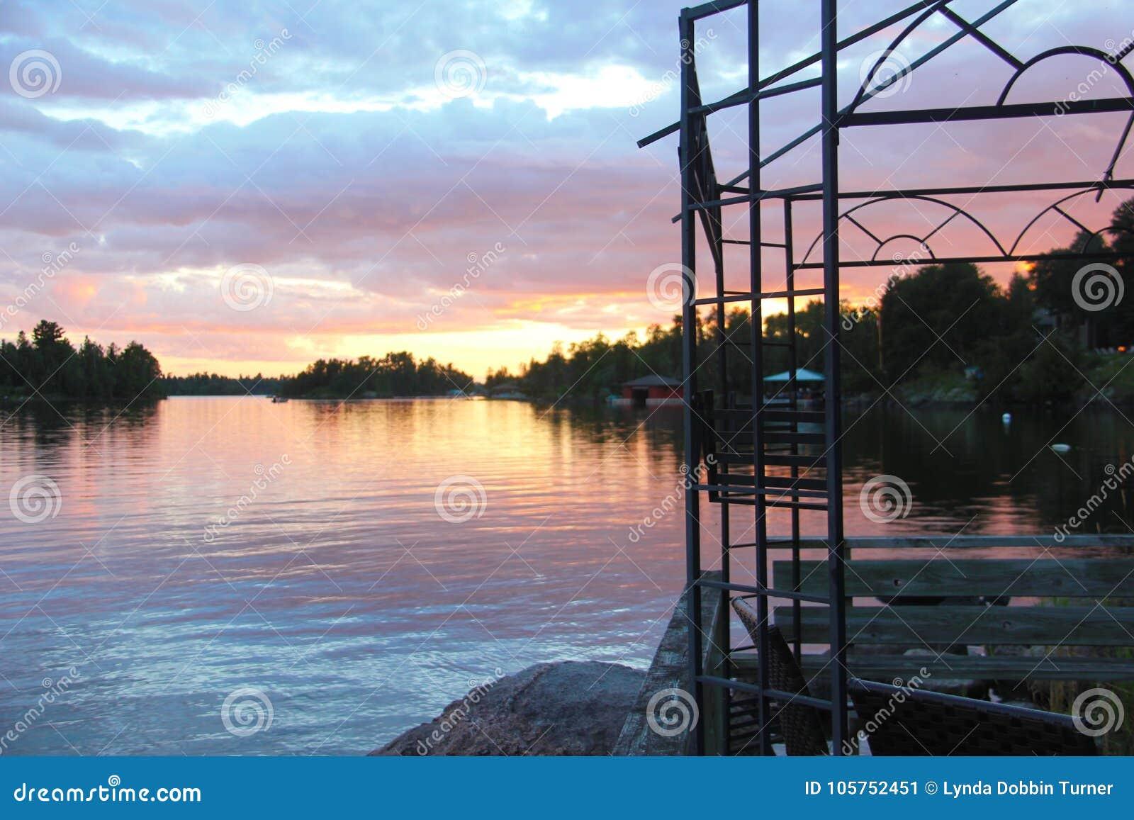 从小船船坞的日落视图,伍兹湖, Kenora,安大略