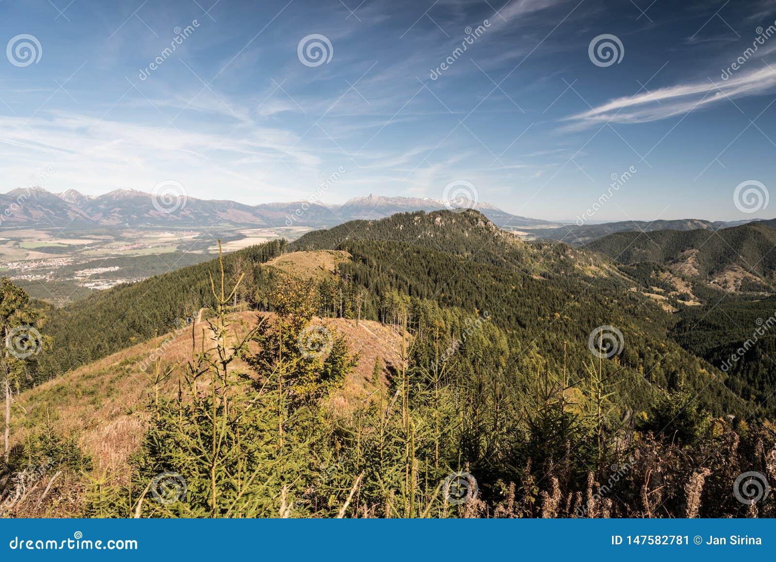 从山沼地的看法在斯洛伐克吼叫在秋天Nizke Tatry山的Slema小山
