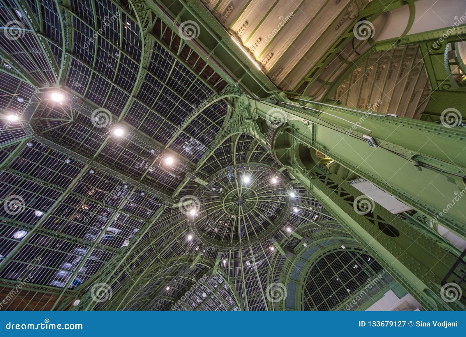 从巴黎大皇宫的曲拱在巴黎