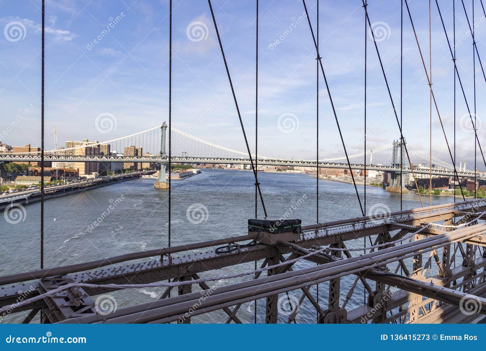 从布鲁克林大桥的看法在曼哈顿大桥在纽约,美国