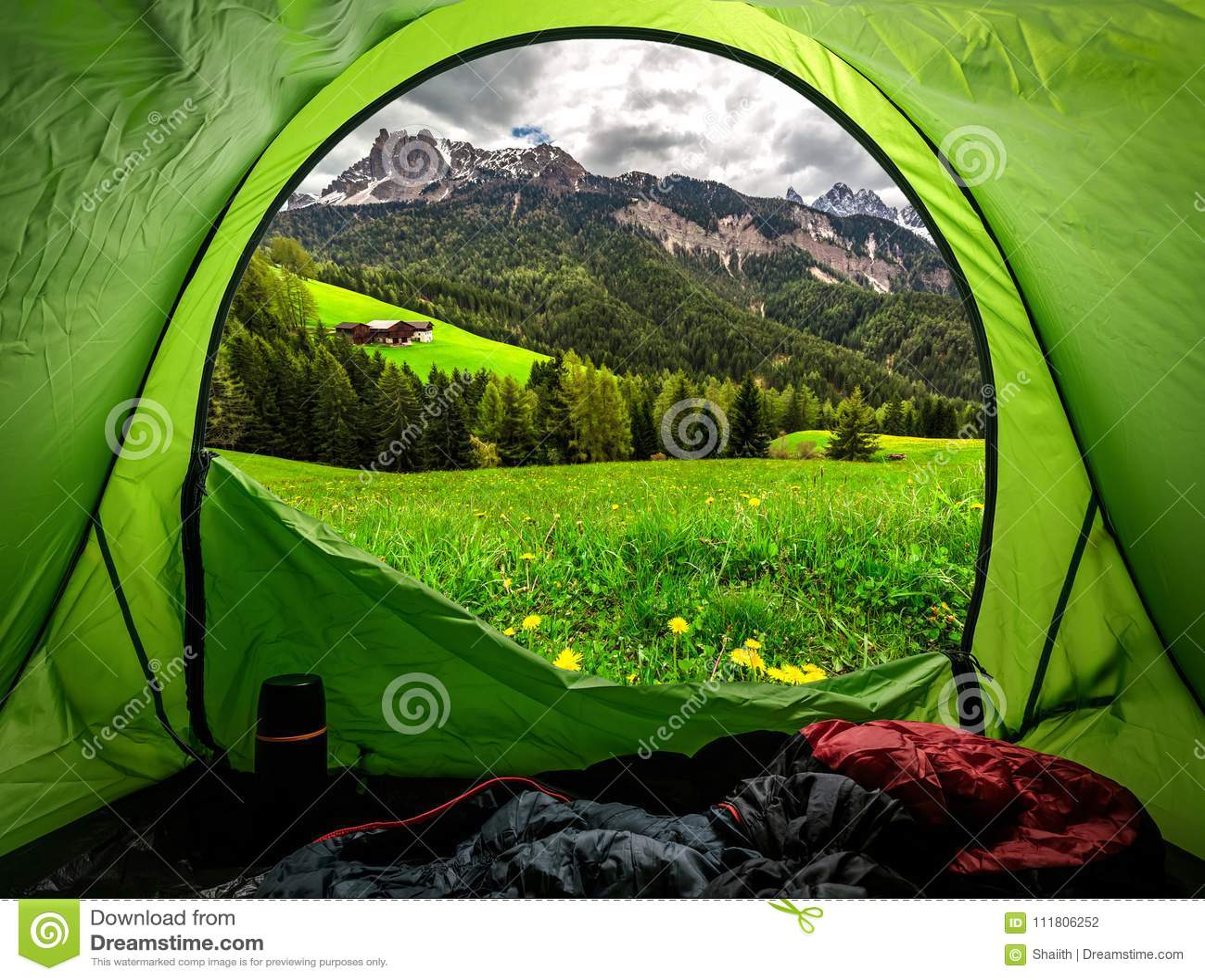 从帐篷的看法向奥地利阿尔卑斯在春天