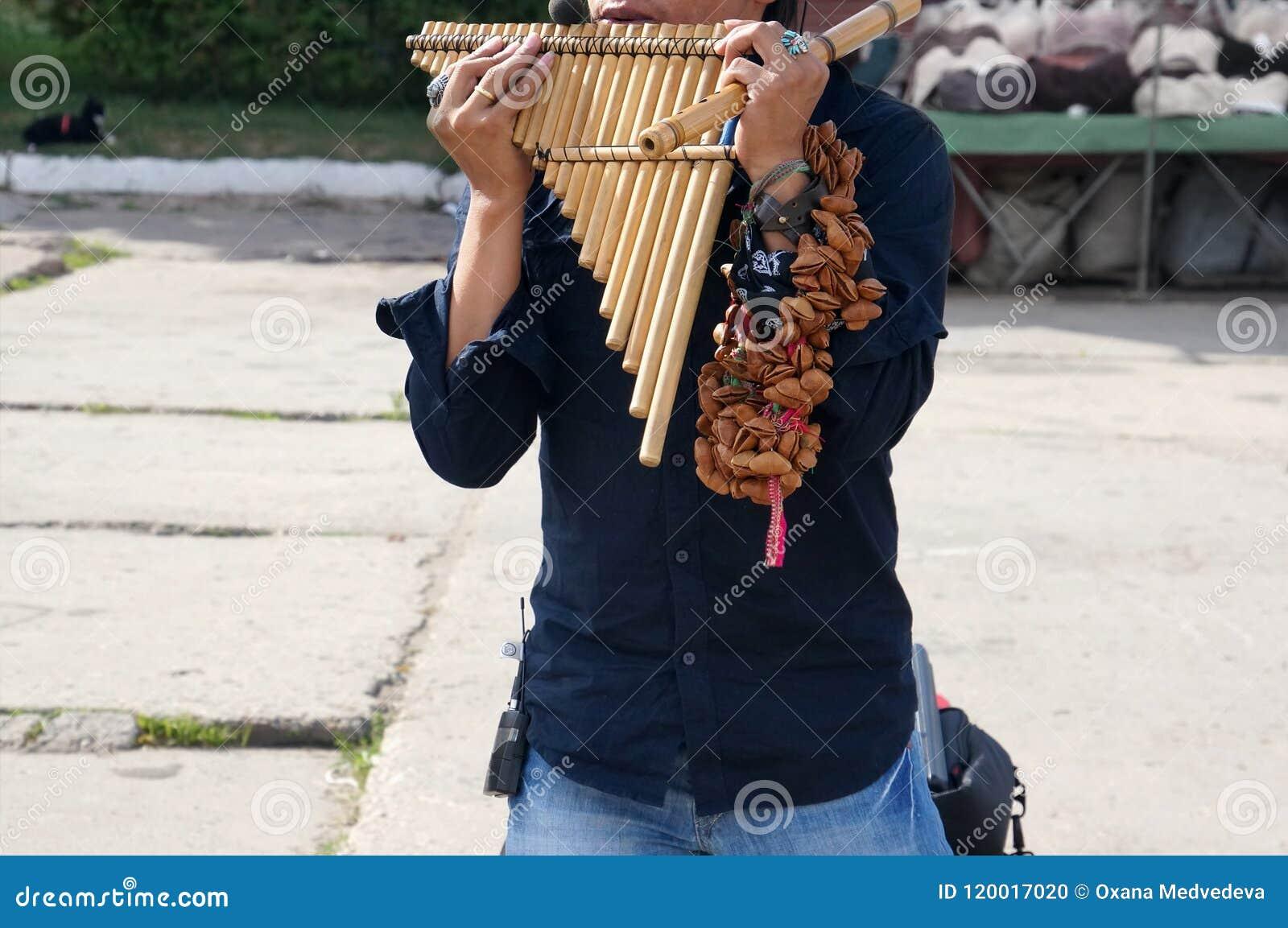 从执行在传统仪器的秘鲁的一个街道执行者拉丁美洲的音乐在街道上
