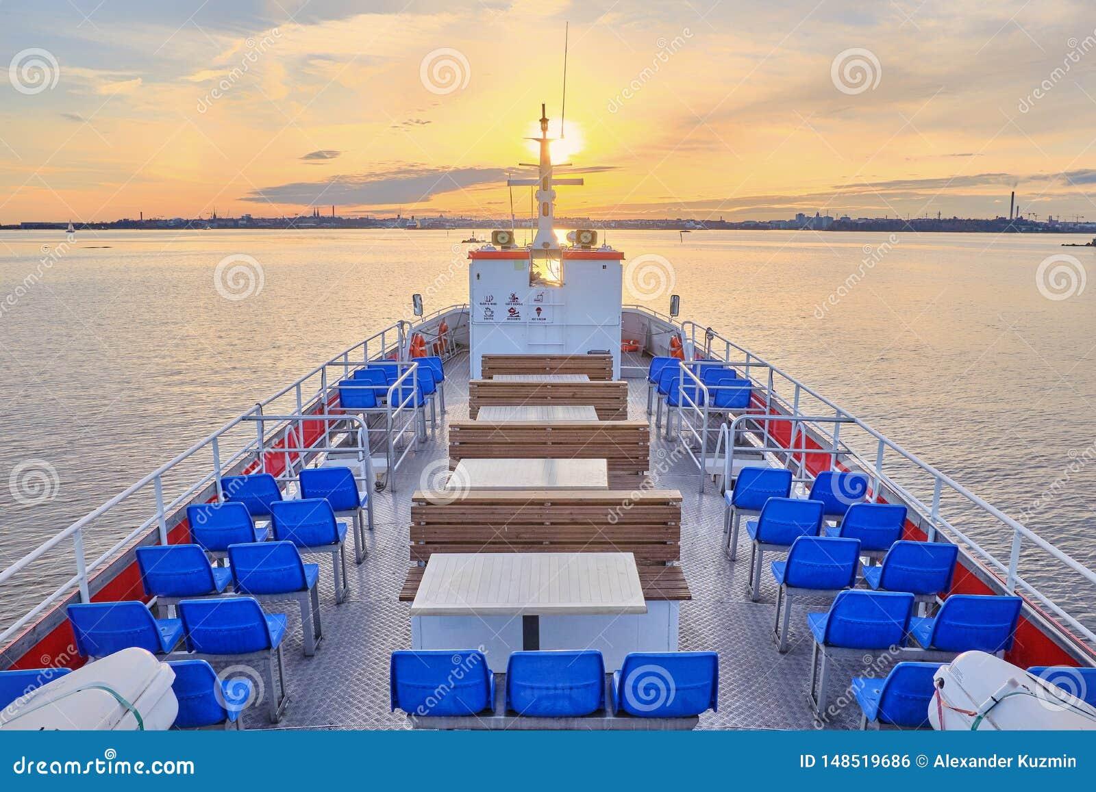 从散步甲板的看法游船航行的到日落里