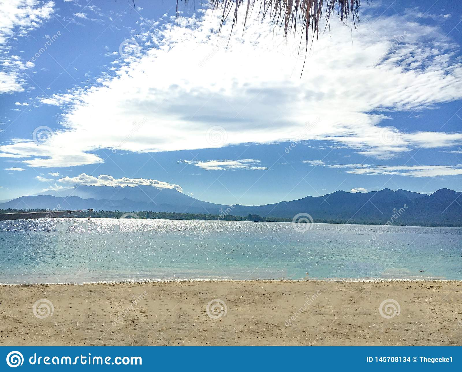 从显示龙目岛的海岛Gili空气海岛的一个看法在距离