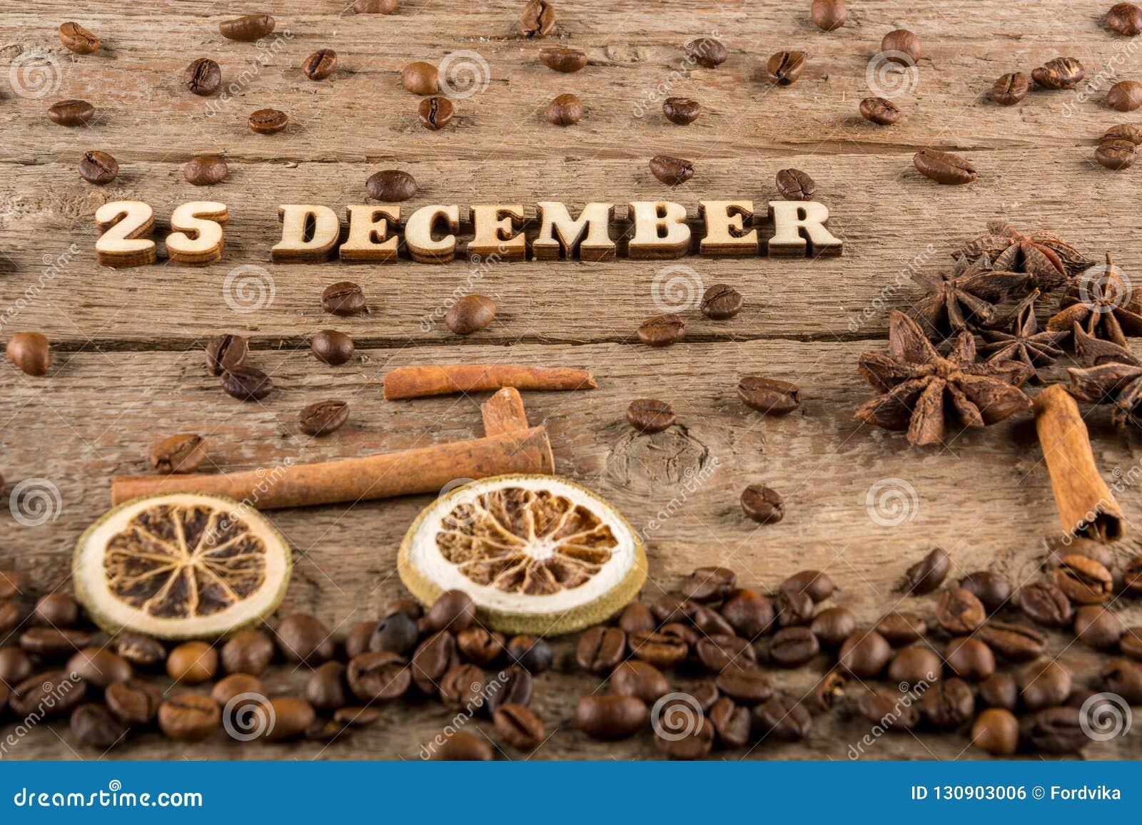 从木信件和数字'12月25 的题字,一辆自行车和一棵树从香料在背景粗砺木