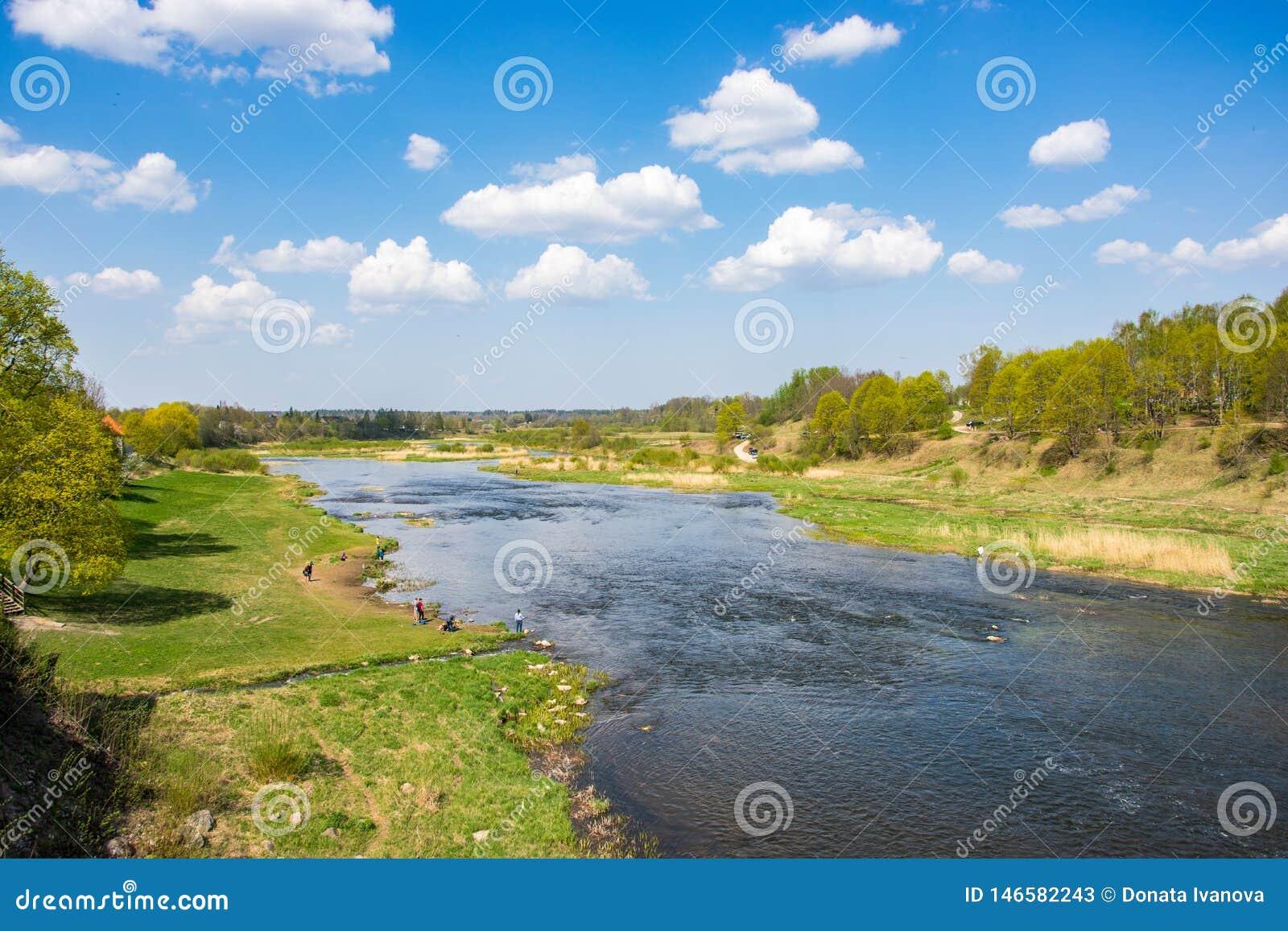 从桥梁的风景看法向河在一个晴朗的春日