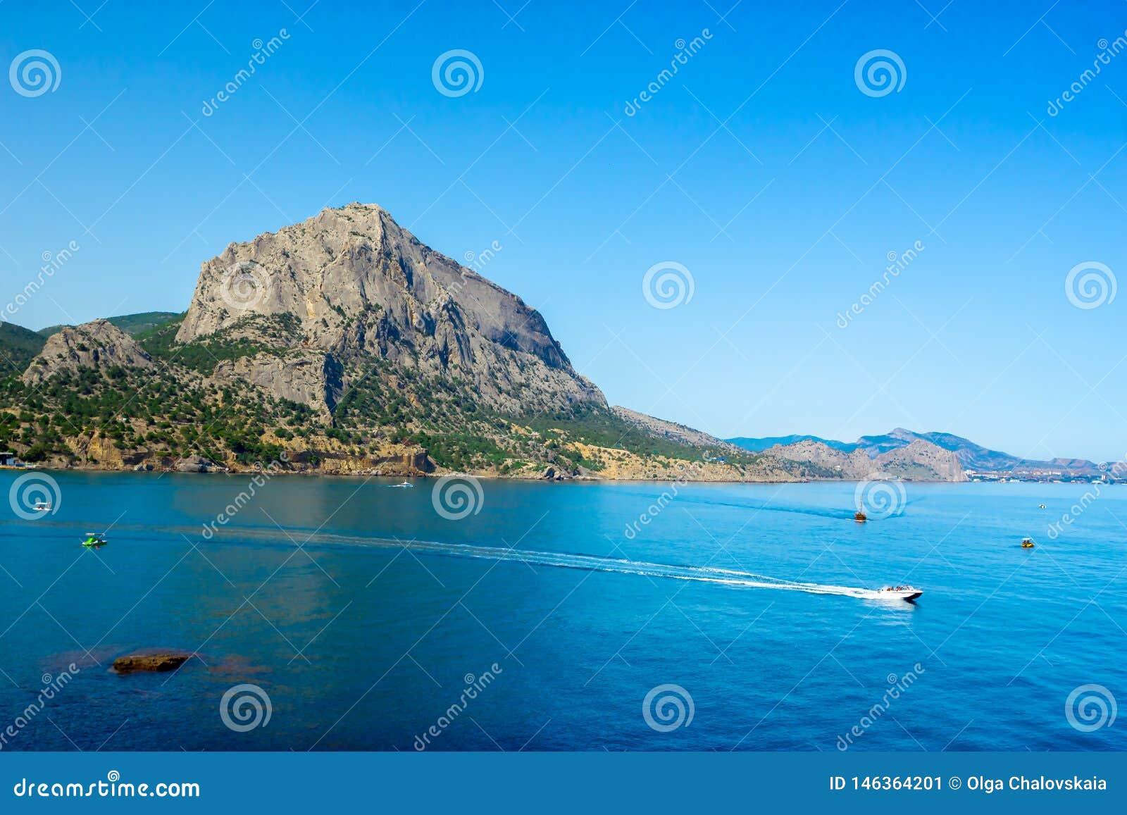 从海岸线和天际,天空蔚蓝的顶端看法