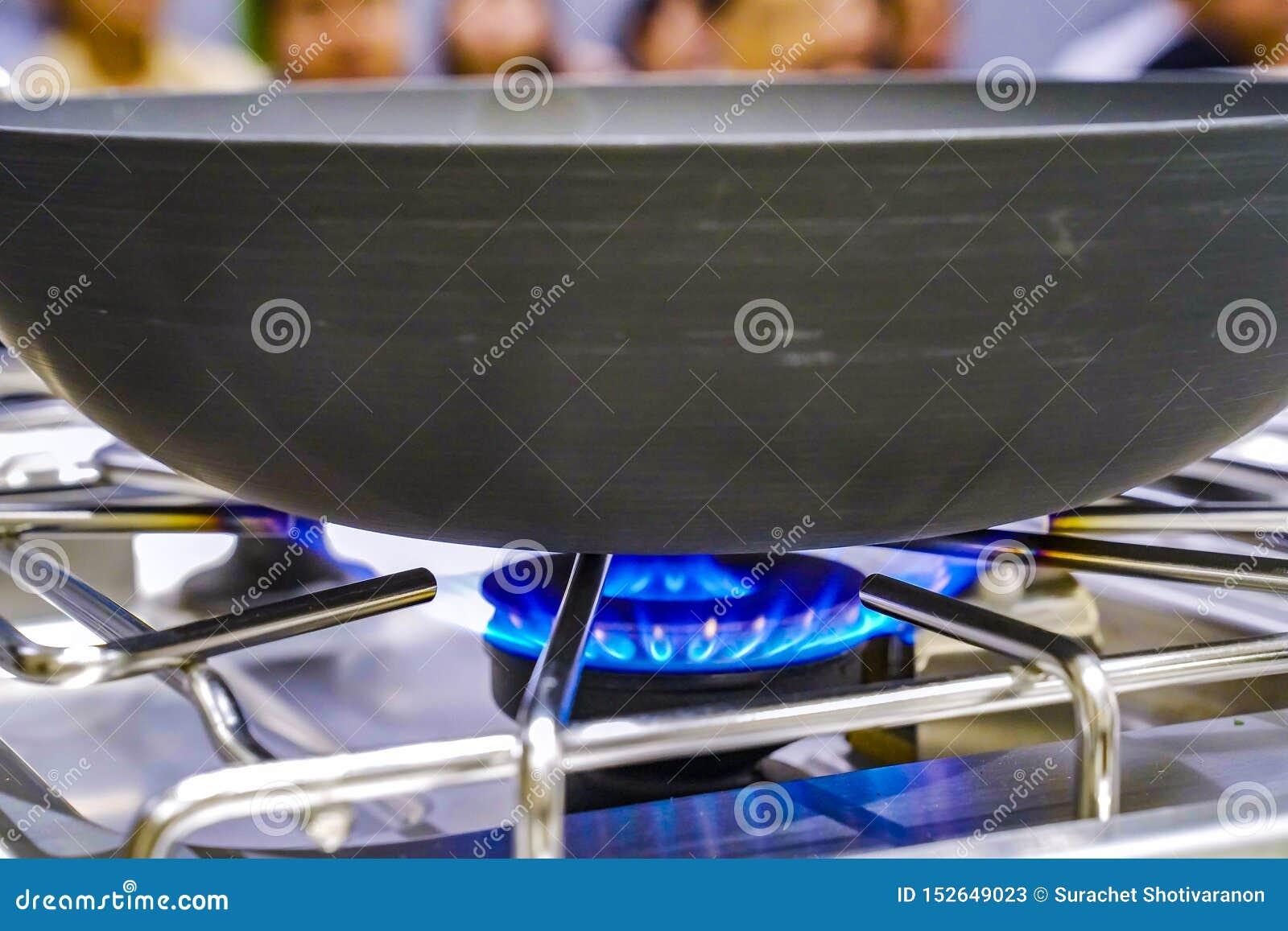从火炉的煤气取暖器与对此的平底锅,在训练-研究烹饪教室