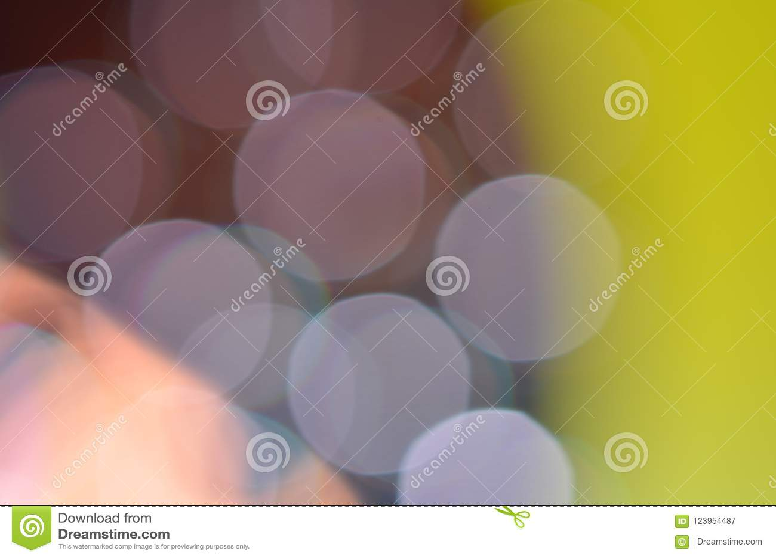 从灯光接受的抽象五颜六色的bokeh背景在CD的盘的与闪烁, defocused