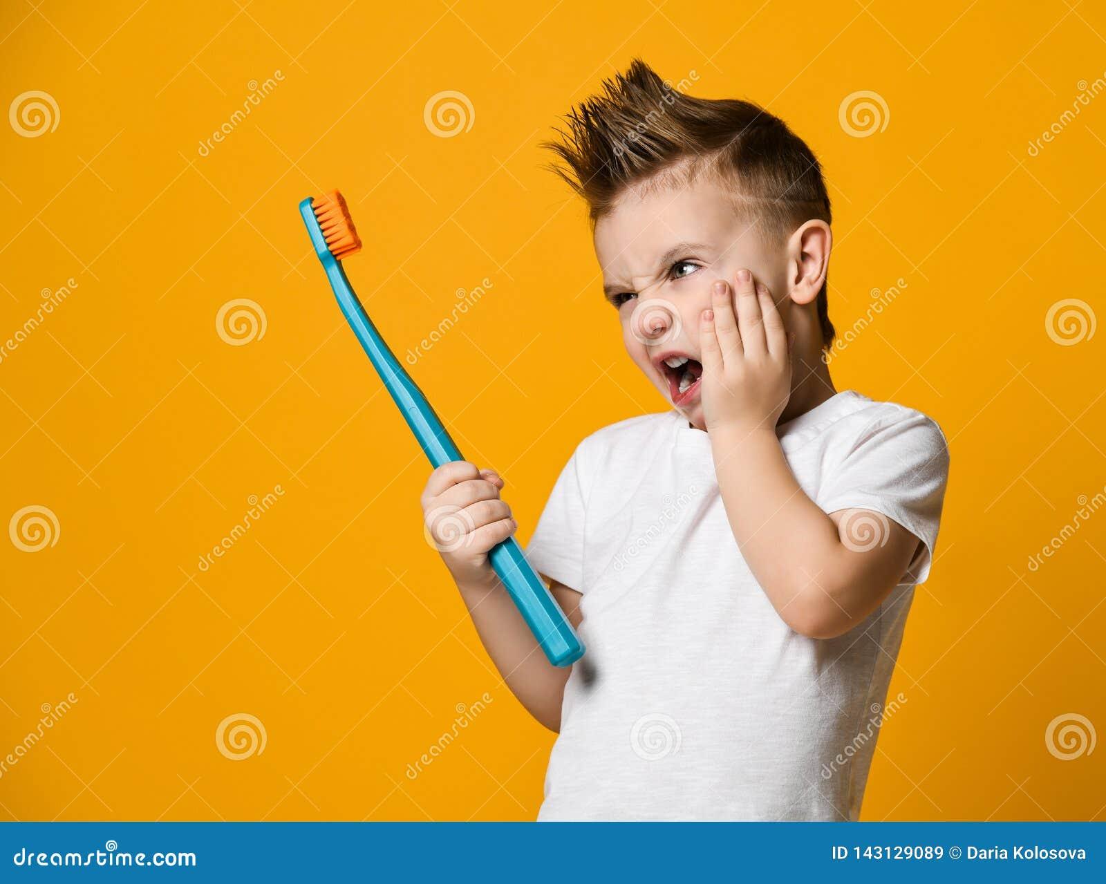 从牙痛-牙齿问题的小男孩痛苦