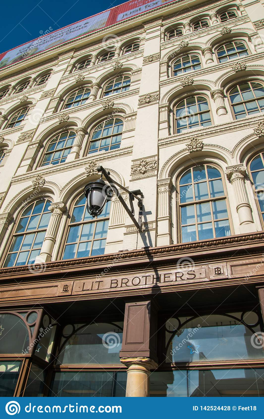 从现在闭合的著名Litts兄弟商店的大门罩在费城