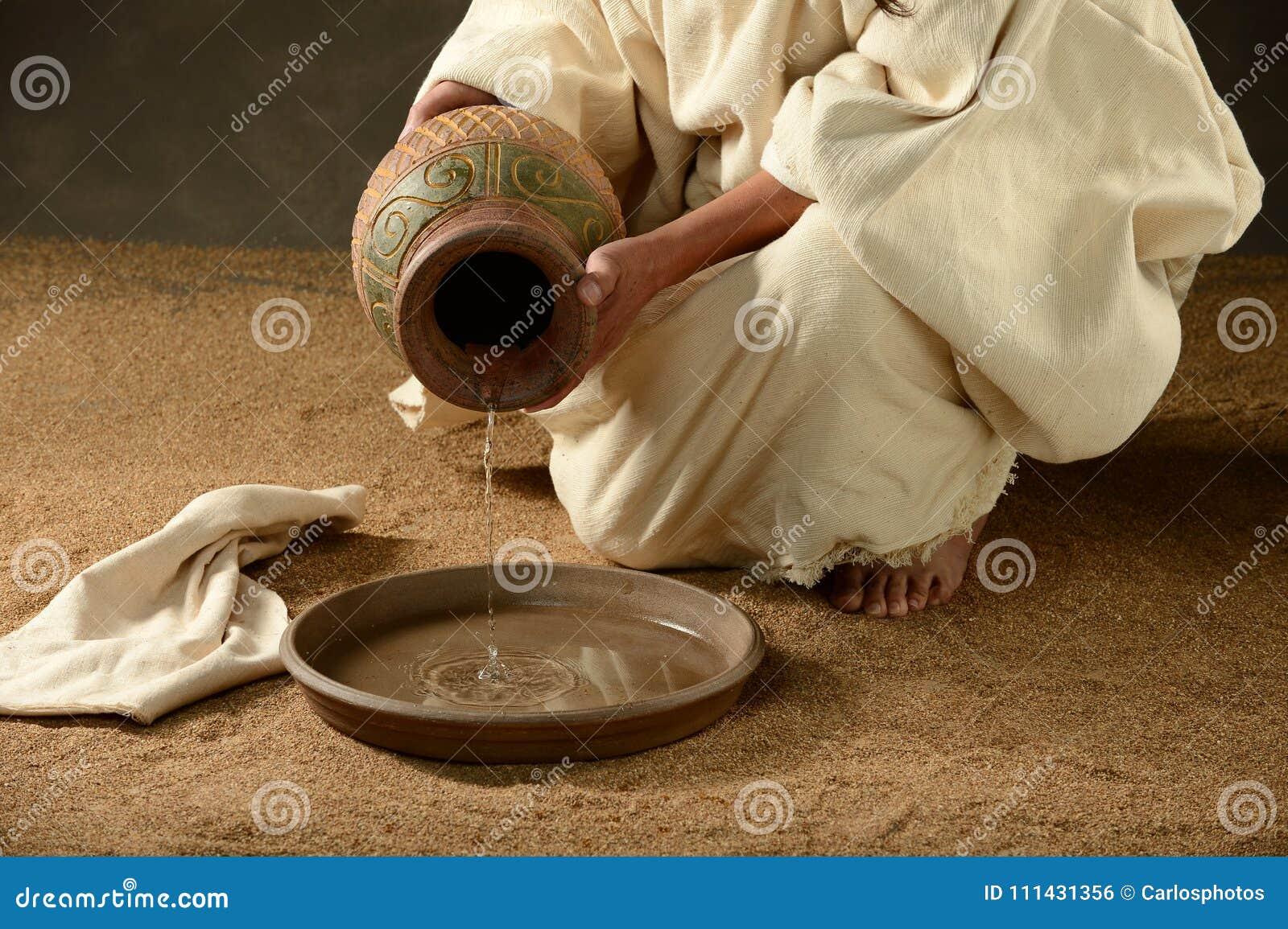从瓶子的耶稣倾吐的水
