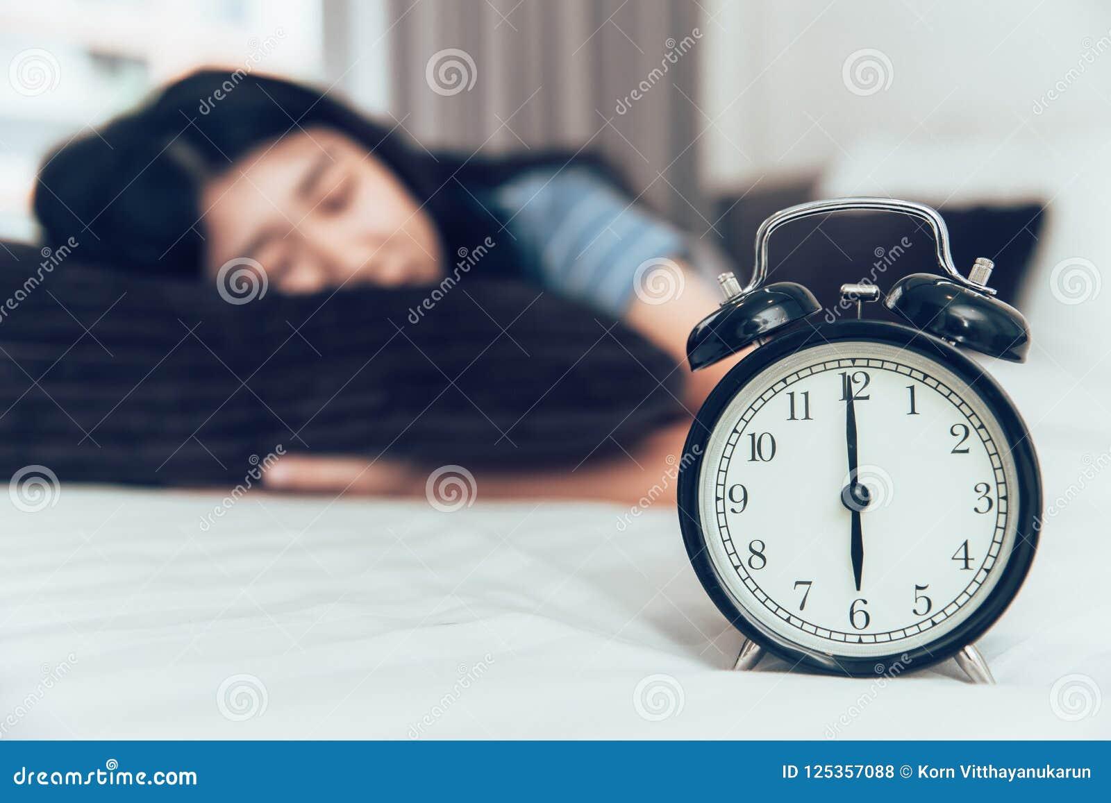 从疲乏的天时间的睡觉的或小睡的休息