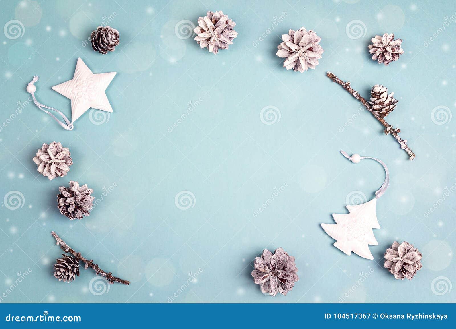 从白色假日装饰的框架在蓝色背景 空间f