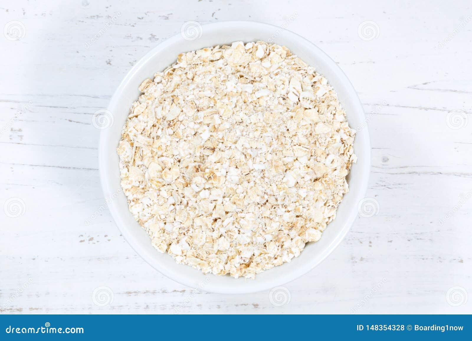 从碗木板上的燕麦粥燕麦