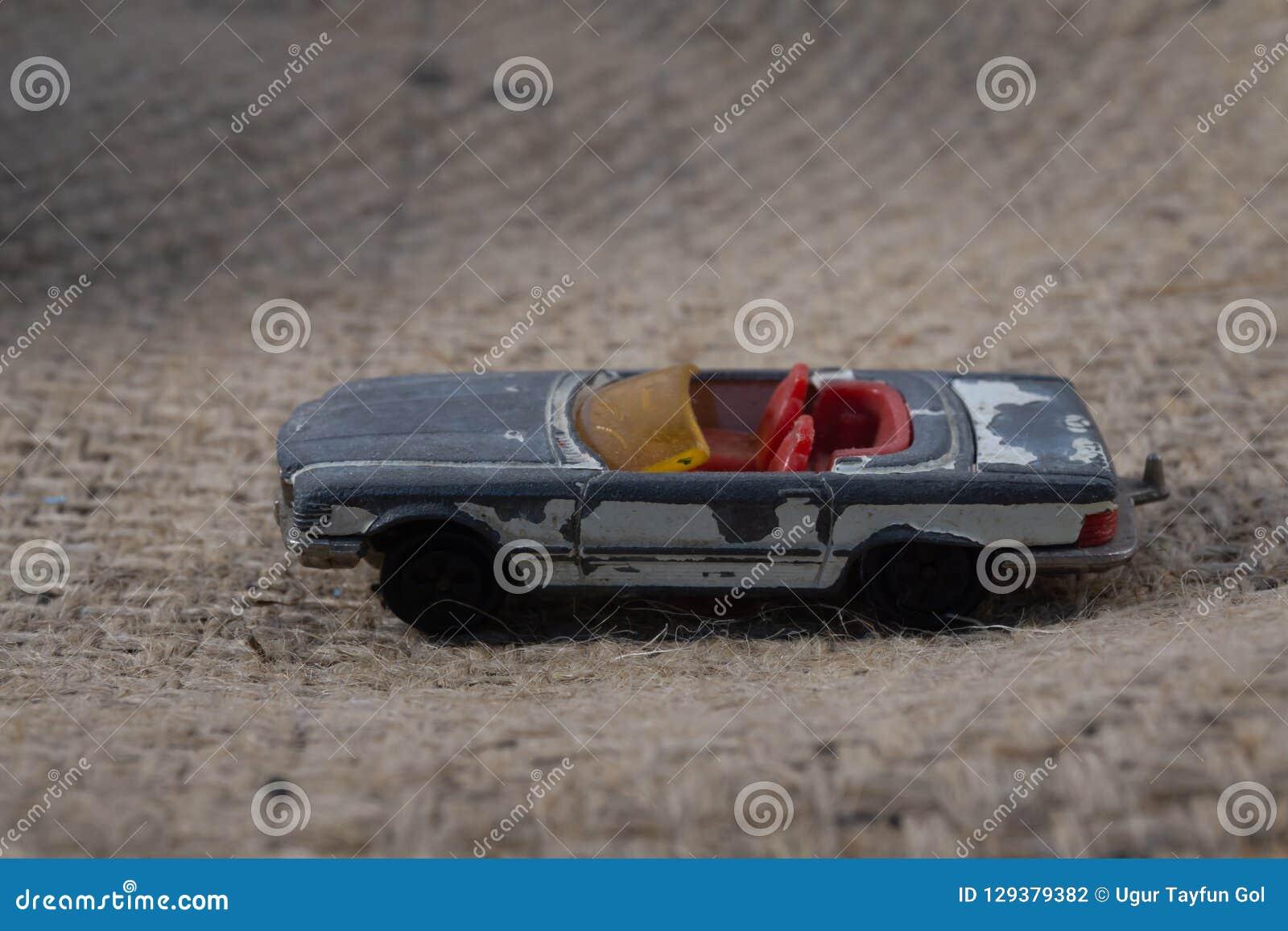 从童年打破的老金属车的一个玩具