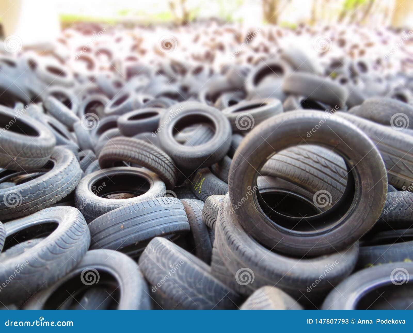 从老车胎的巨大的堆在一座桥梁下在瓦尔纳,保加利亚 污染所有