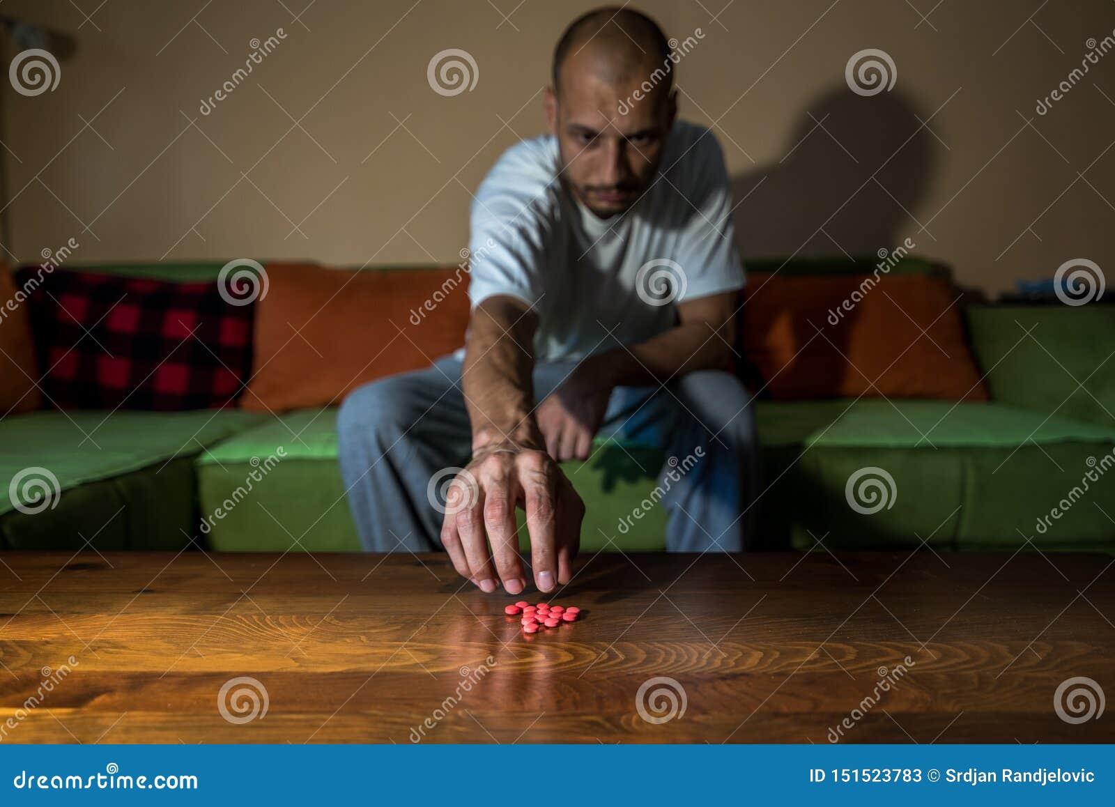 从自杀的消沉的沮丧的人痛苦要通过采取强的药剂药物和药片自杀