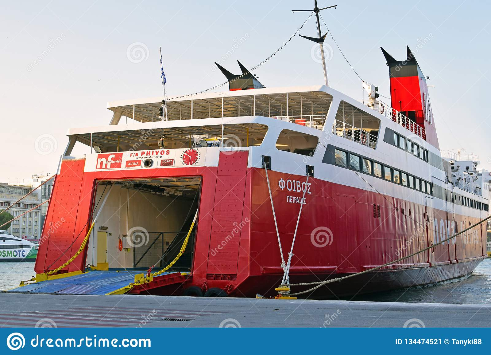 从船的船尾的到来对运输船的汽车和人的