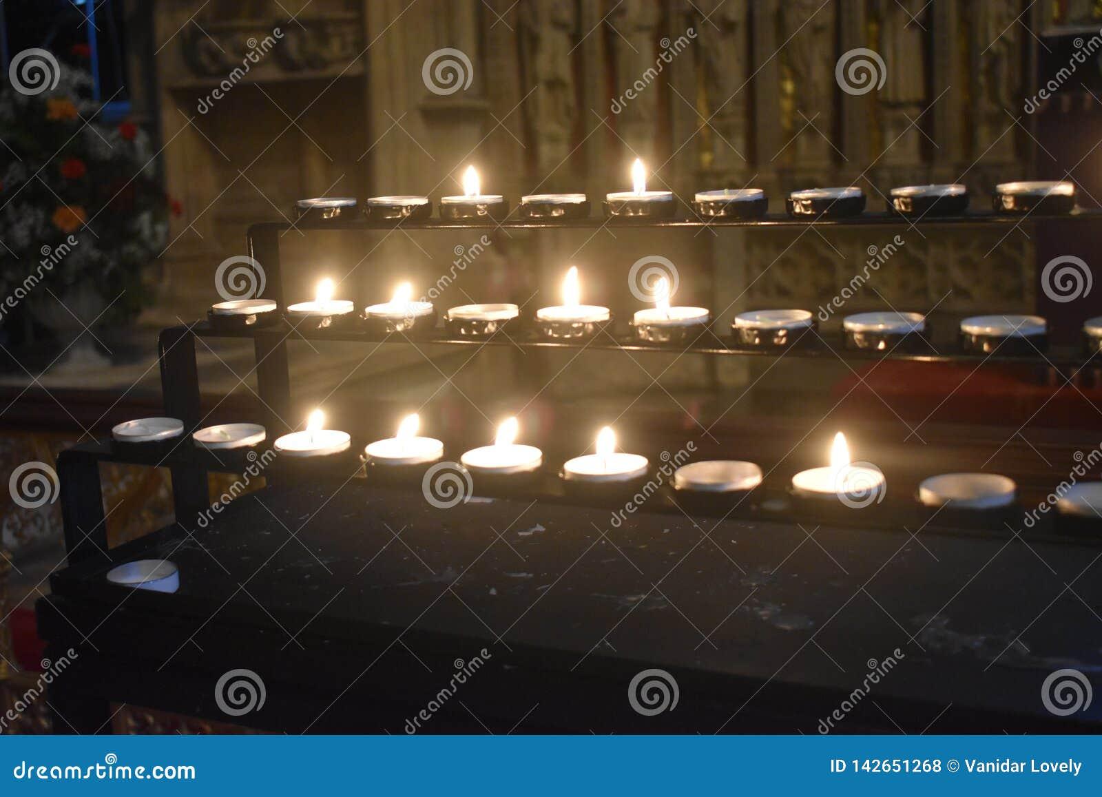 从蜡烛的光