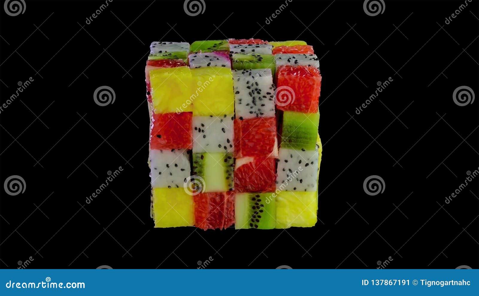 从被分类的热带水果小正方形形成的果子立方体在一个五颜六色的安排的包括猕猴桃,草莓,桔子