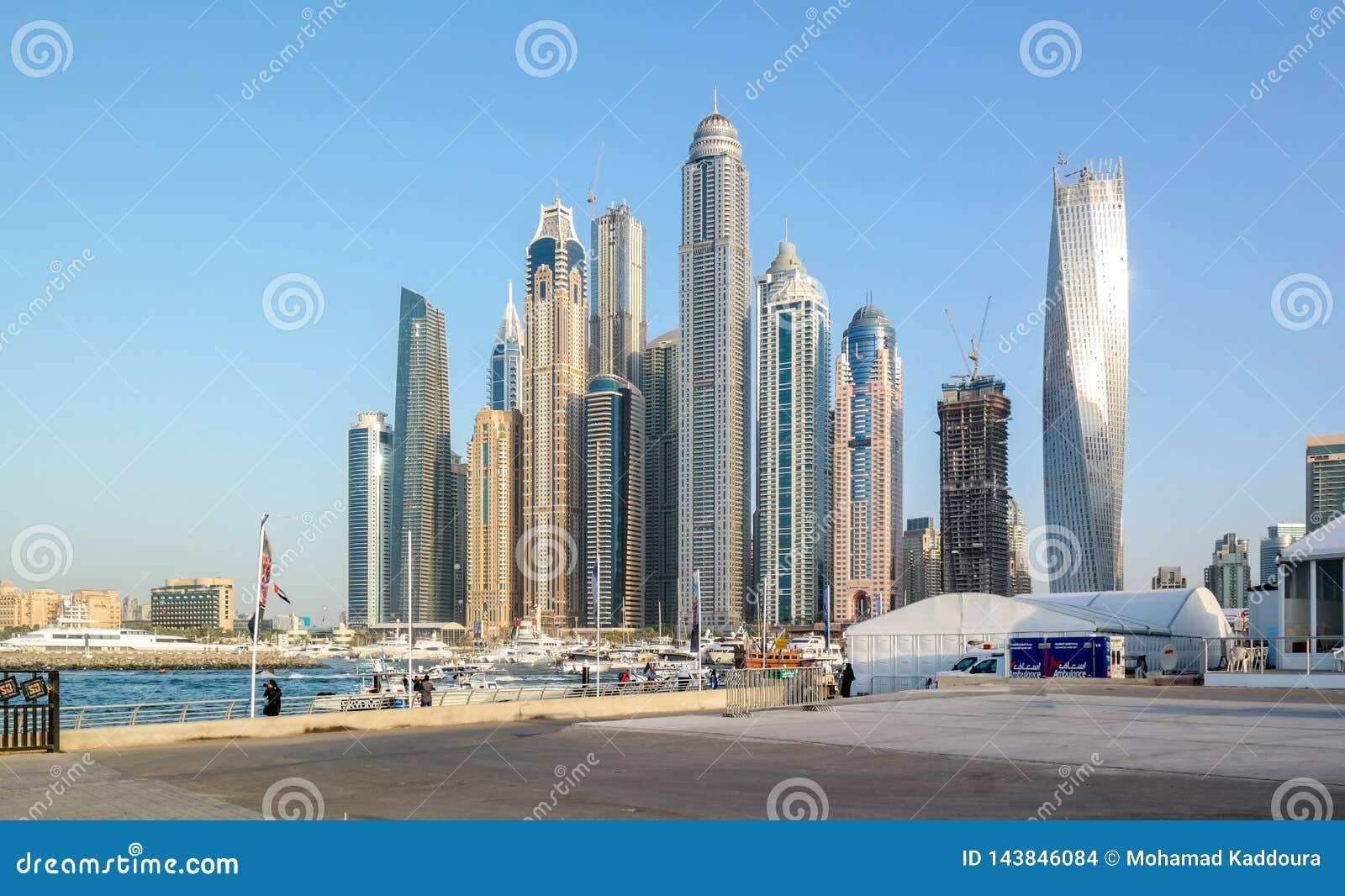 从迪拜小游艇船坞,在阿拉伯联合酋长国的现代旅游景点的迪拜地平线