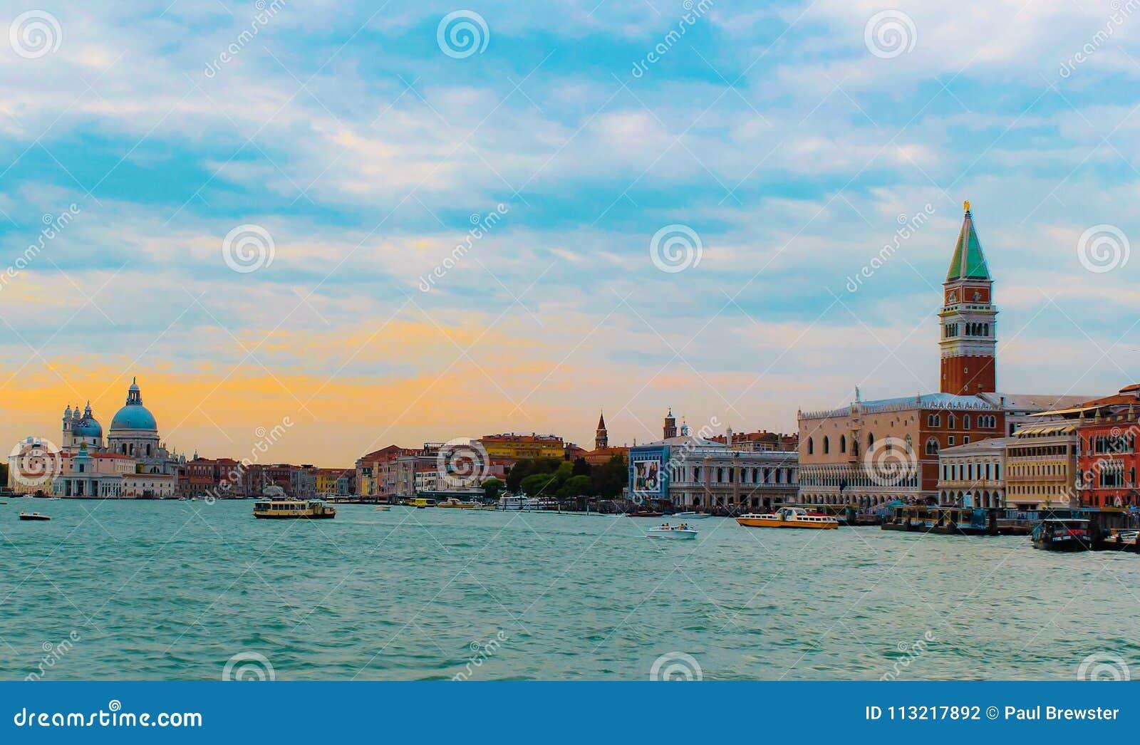 从重创的运河的威尼斯地平线