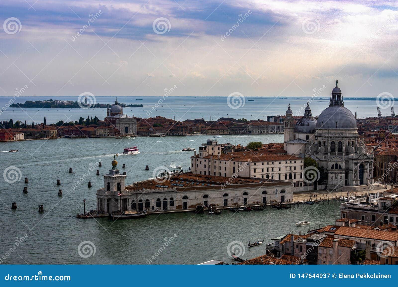 从钟楼二圣马尔谷教堂的看法对大运河和大教堂二安康圣母圣殿在威尼斯,意大利