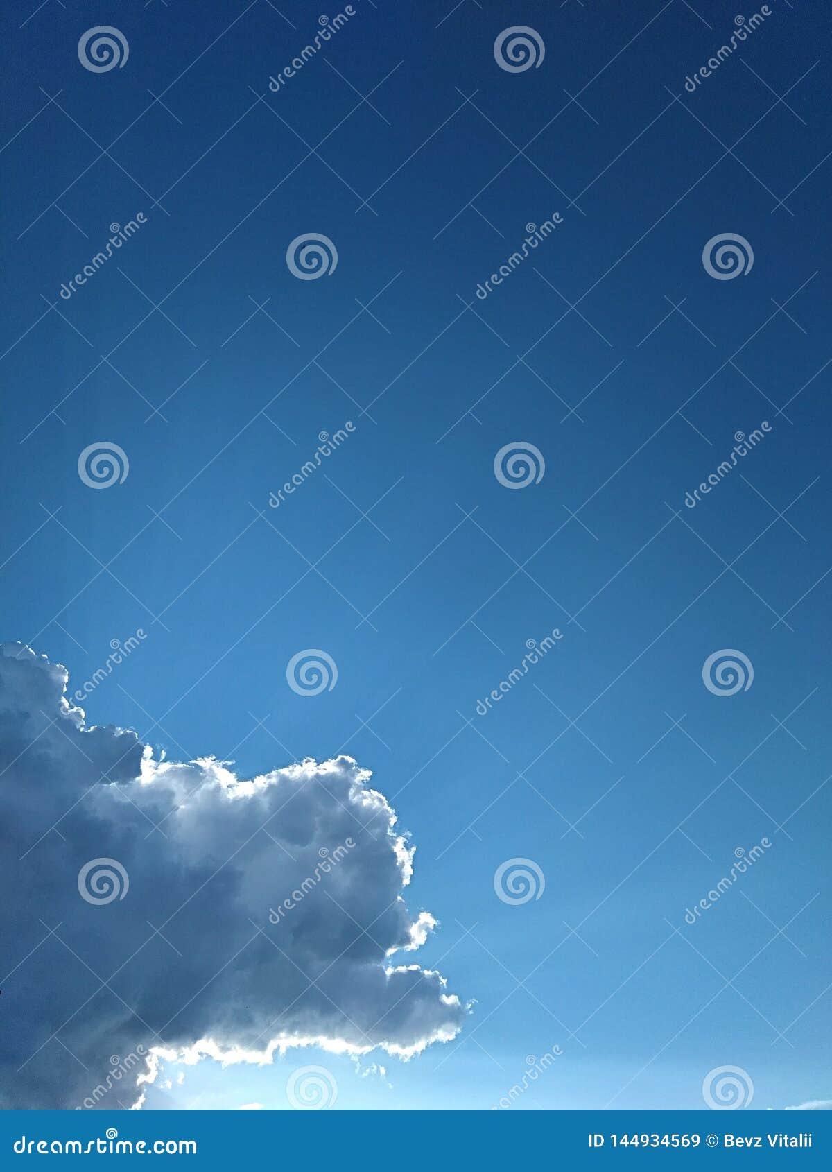 从雨云下面的天空蔚蓝