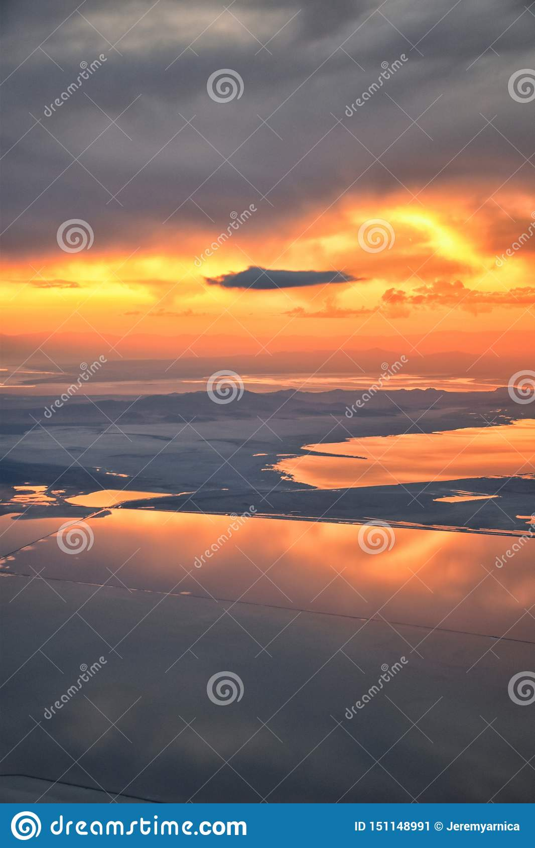 从飞机的大盐湖日落鸟瞰图在Wasatch落矶山脉范围、清扫的cloudscape和风景犹他