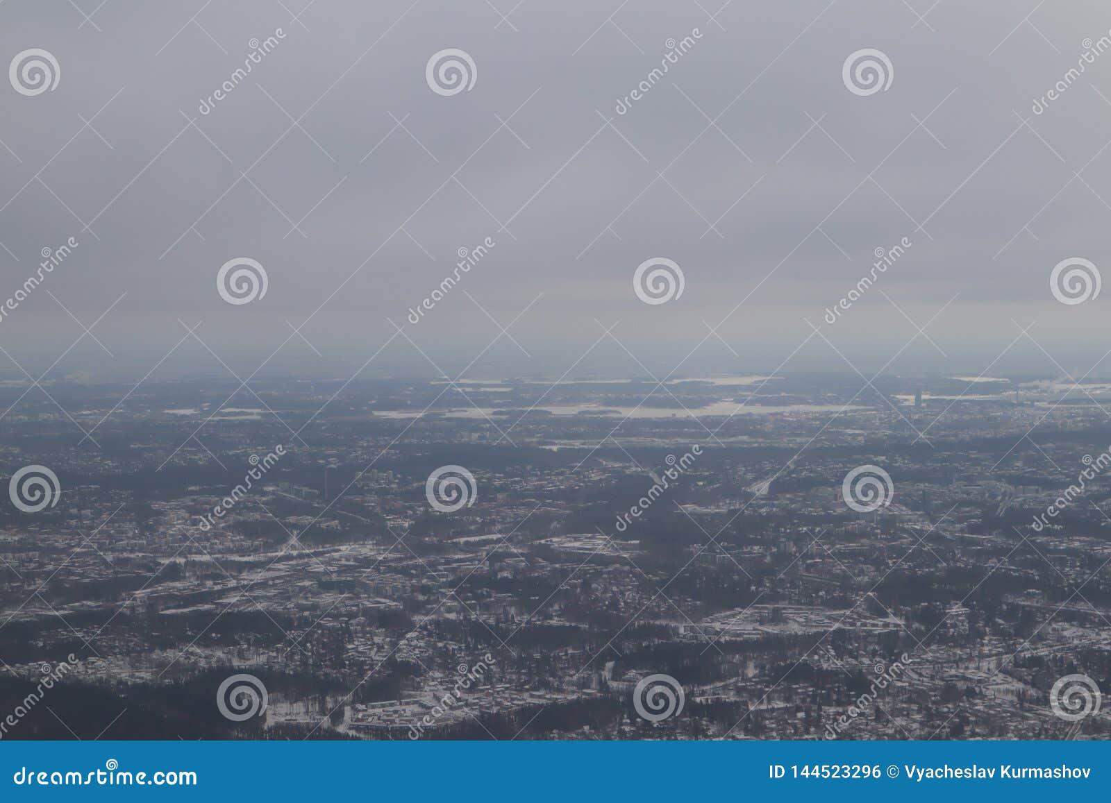 从飞机的看法在灰色多雪的芬兰,赫尔辛基 从飞机的路视图