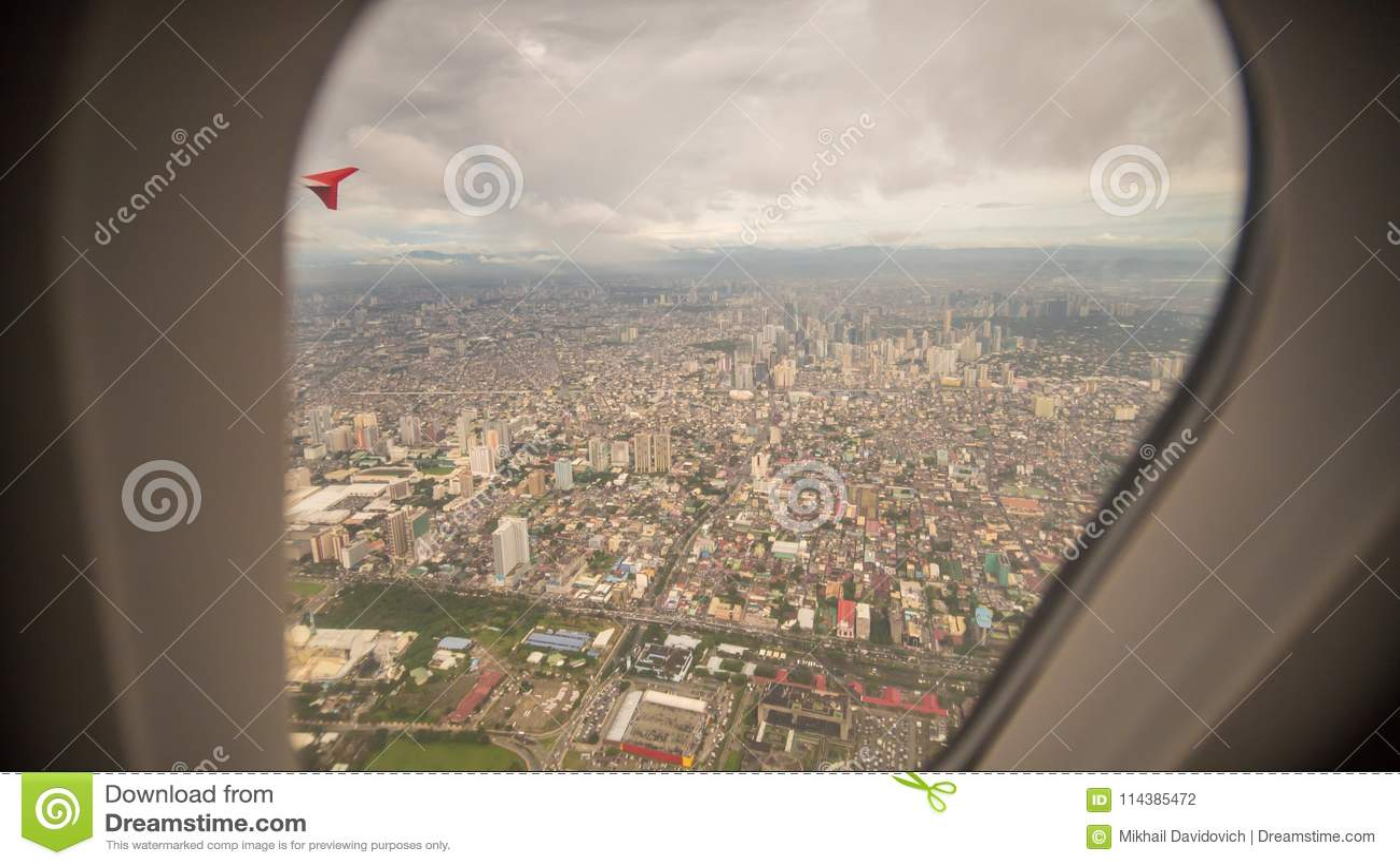 从飞机的窗口的看法对市的马尼拉 菲律宾