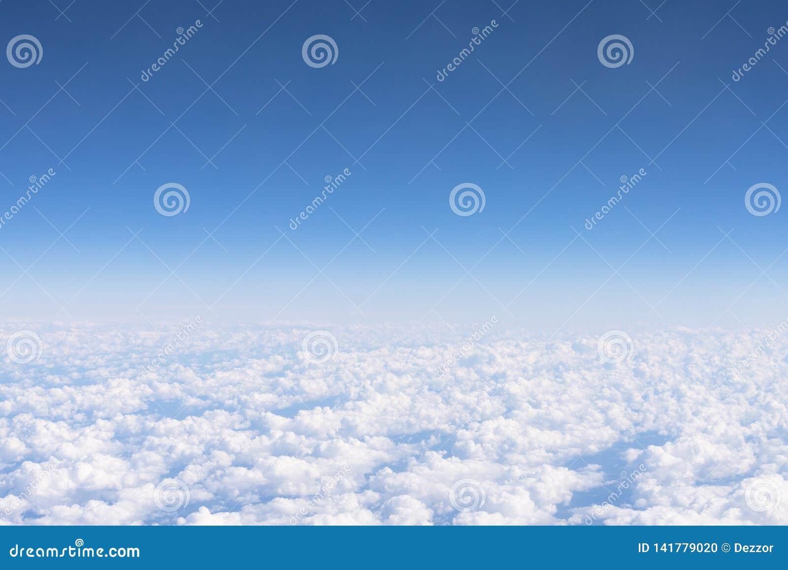从高度飞行天空蔚蓝积云,好日子的Cloudscape