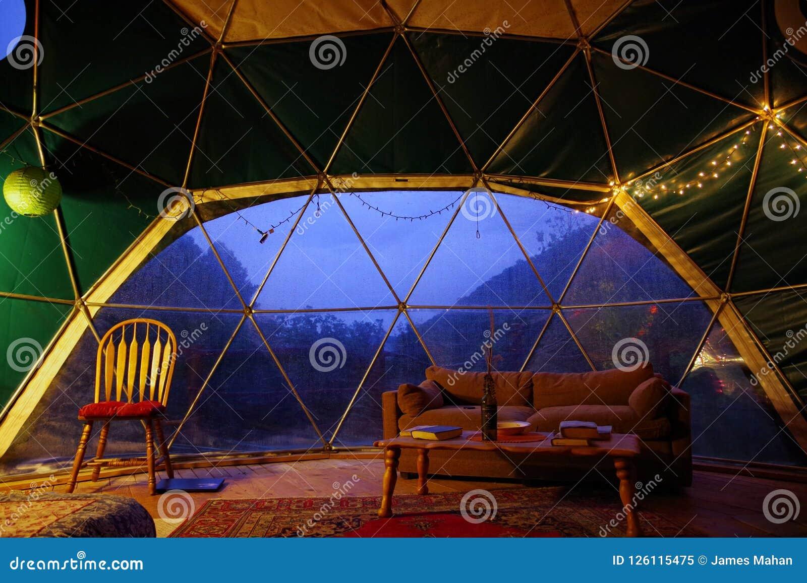 从Airbnb的网格球顶租务在北卡罗来纳蓝岭山脉  有美好内部装饰和C的微小的家