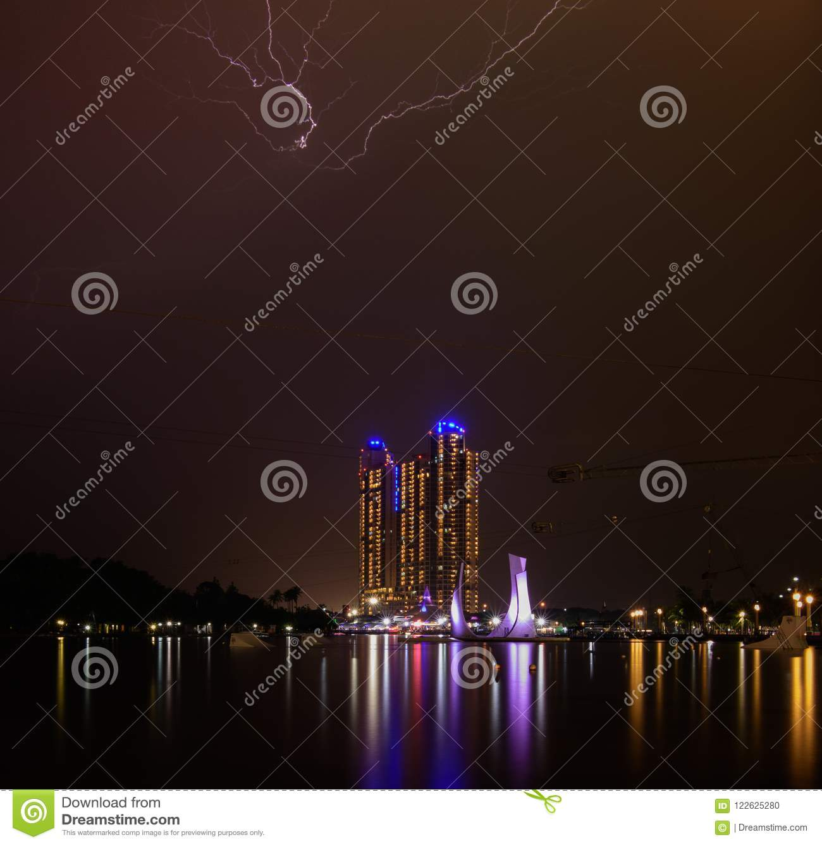 从ancol海滩的夜视图与闪电