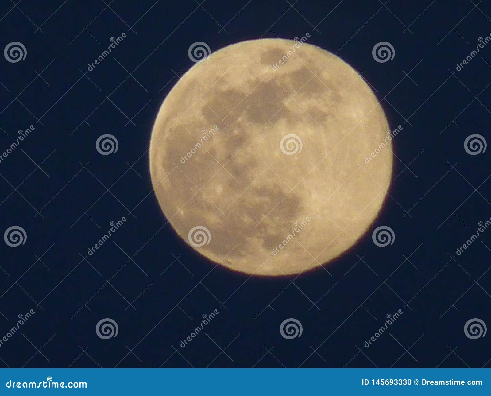 从l'Ametlla del valles的满月
