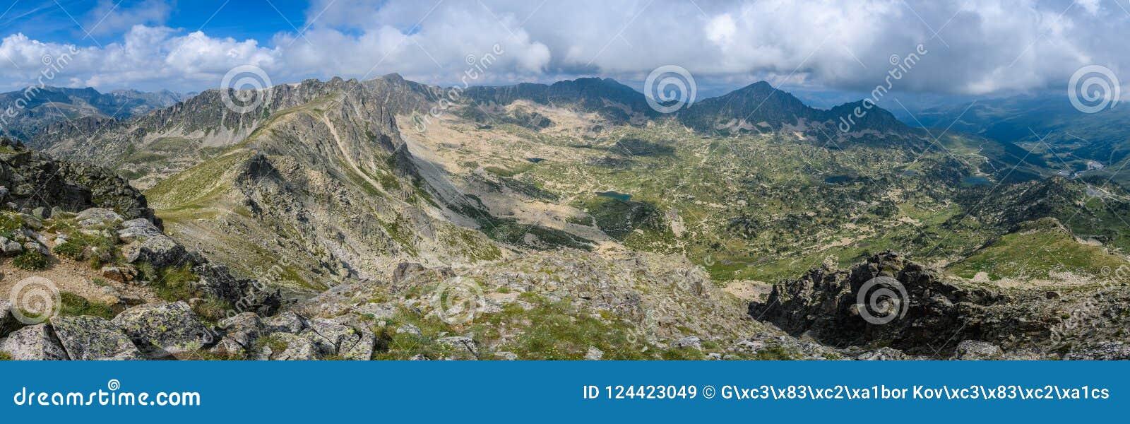 从Montmalus峰顶的全景在安道尔