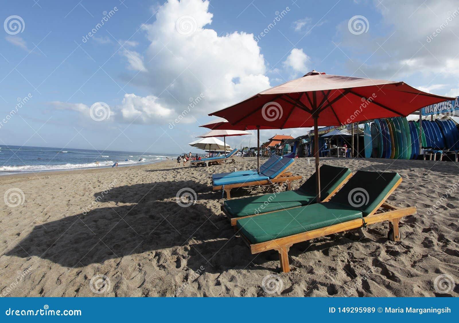 仓姑,印度尼西亚- 2019年5月27日:冲浪者海滩和水橇板出租等待的顾客地方商店来日间租赁