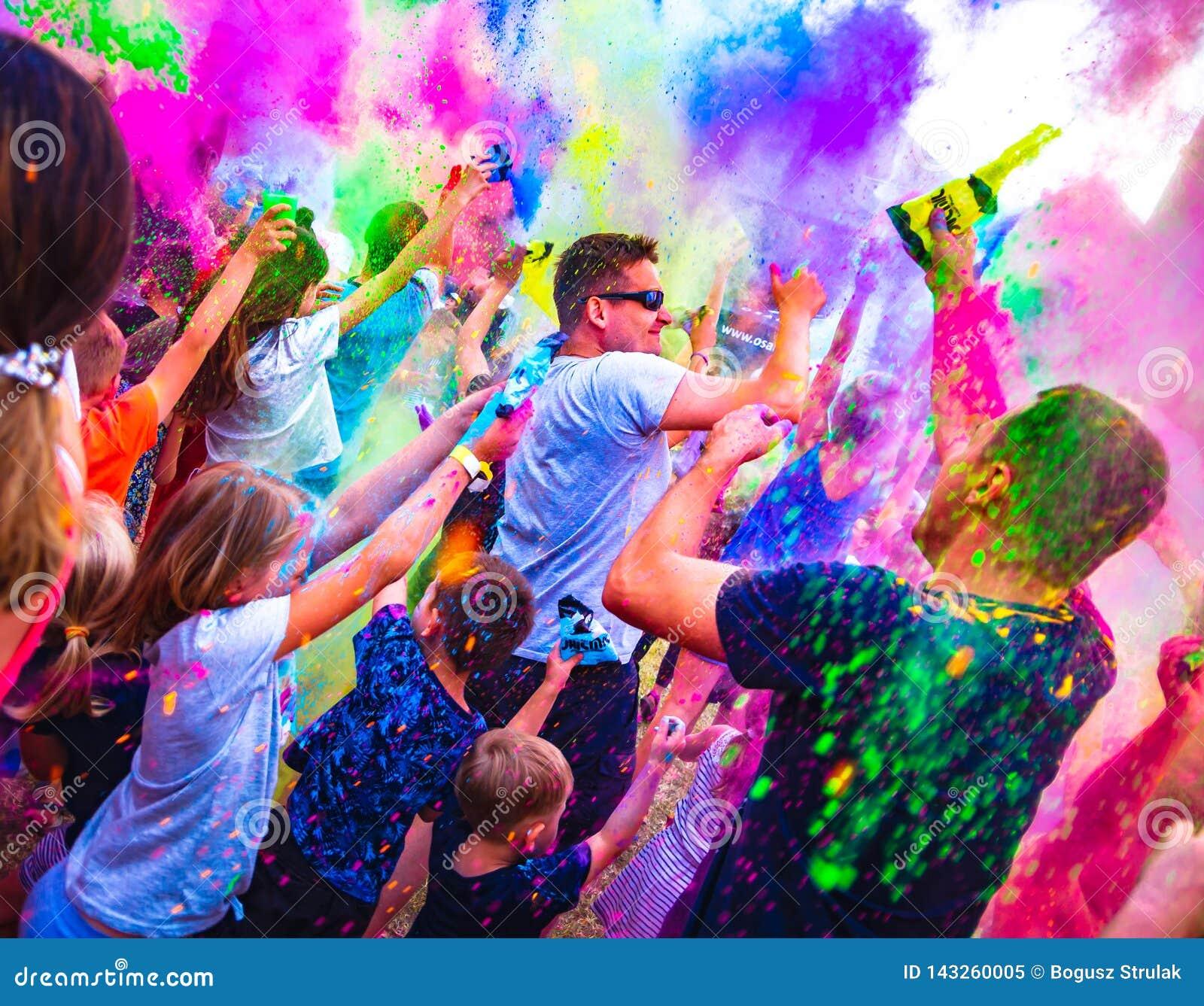 他田Sniezka,Lomnica,波兰- 2018年6月1日:庆祝在颜色节日期间的愉快的人民在国际儿童节