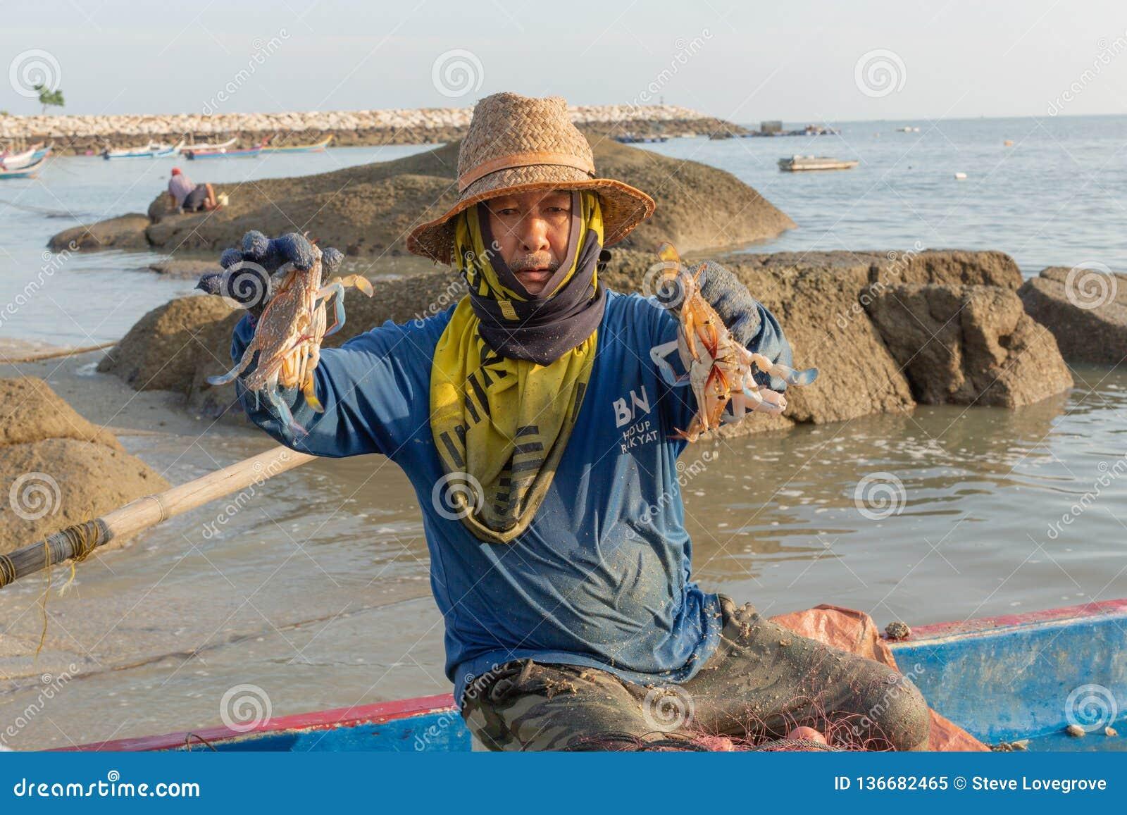 他的渔船的地方渔夫,排序螃蟹他的早晨抓住
