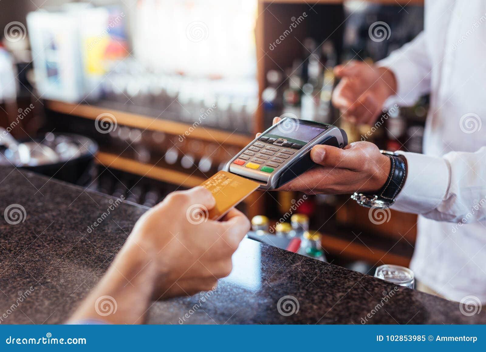 付付款的顾客使用信用卡在酒吧