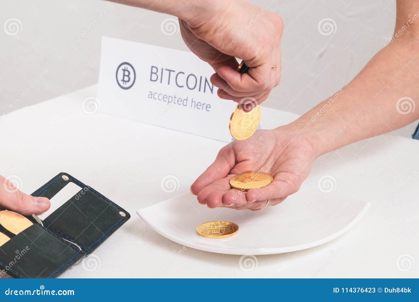 付款隐藏货币在商店:men& x27; s手在女性棕榈投入了金属硬币bitcoin