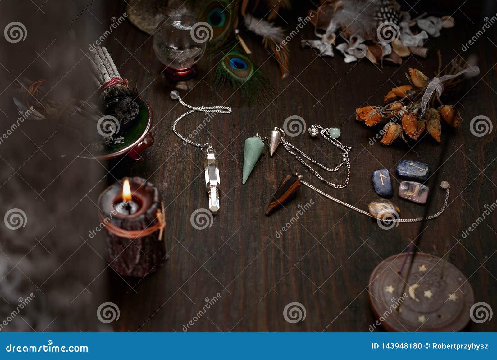 仙境辅助部件 老占卜卡片和一把石摆锤甲板