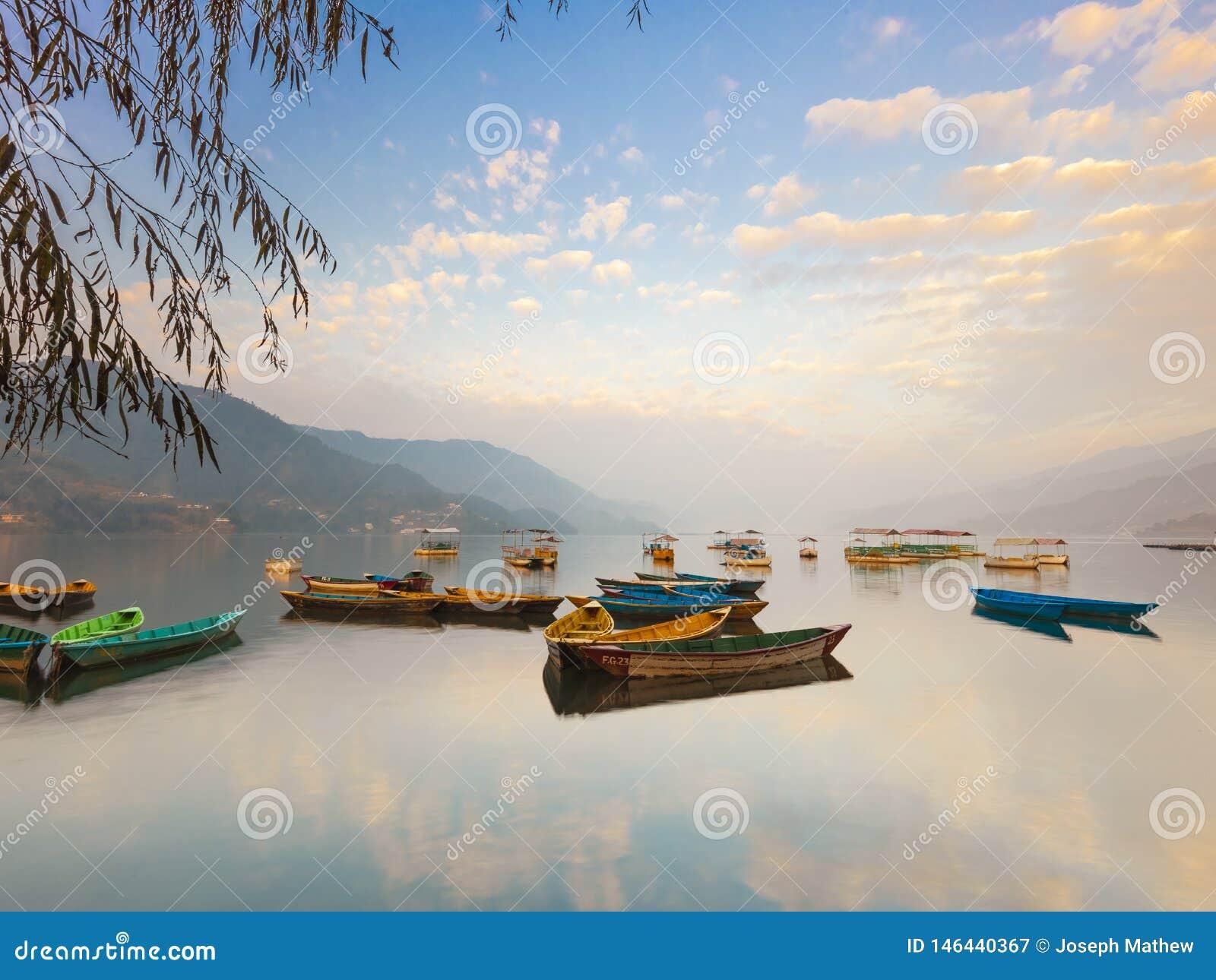 令人惊讶的五颜六色的尼泊尔小船Phewa湖